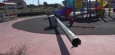 Arnavutköy'de parkta oynarken üzerine aydınlatma direği düşen çocuk öldü