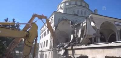 Avcılar'da depremde hasar gören caminin yıkımına başlandı