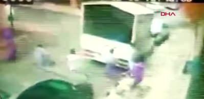 Bağcılar'da çocuklar oyun oynarken kamyoneti ateş verdiler