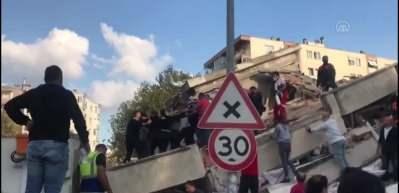 Bayraklı'da yıkılan binanın enkazından 1 kişi daha yaralı olarak çıkarıldı