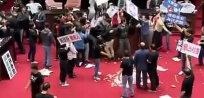 Böyle kavga görülmedi: Milletvekilleri birbirine bağırsak fırlattı
