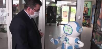Bu robot ateş ölçüyor, dezenfektan sıkıyor, maske veriyor!