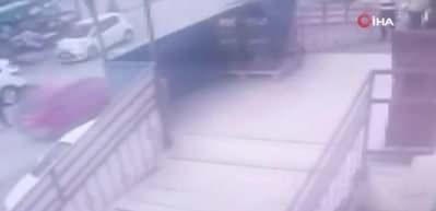 Korkunç kaza! Kontrolsüz geri giden araç kadını ezdi