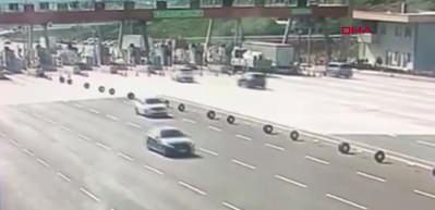Bursa'da cipin, otoban gişelerinde beton bariyere çarptığı kaza kamerada