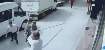 Bursa'da taşlı sopalı kavga kamerada! 4 kişi bıçaklandı, 10 gözaltı