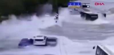 Çin'de dev gelgit dalgaları otoyola ulaştı