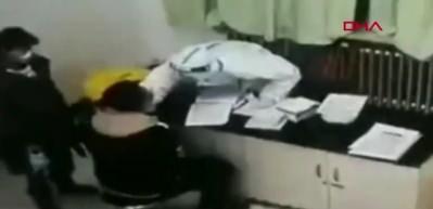 Çinli hasta koronavirüs testi yapan hemşireye saldırdı