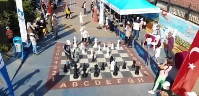 Çocuk Sokağı'nda sosyal mesafeli satranç oynadılar