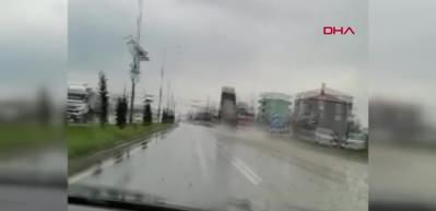 Seyir halindeki mıcır yüklü kamyon devrildi! Feci kaza anı kamerada