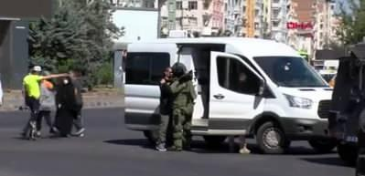 Diyarbakır'da şüpheli poşetten giysi çıktı