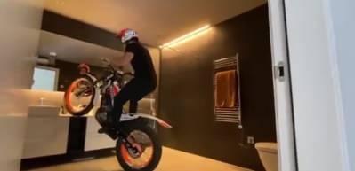 Dünyaca ünlü motosikleçiden koronavirüse karşı evde olağanüstü deneme