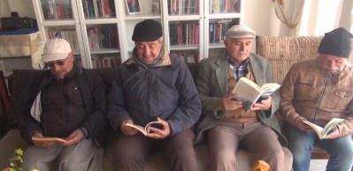 Emekli öğretmen dedesinden kalan evin bir bölümünü kütüphane oluşturdu