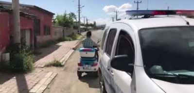 Emniyet Müdürü'nün 'akülü bisiklet' hediye ettiği Azat'ın büyük sevinci