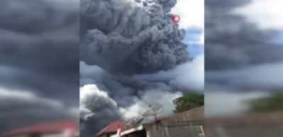 Endonezya'da yanardağ bir haftada üçüncü kez patladı