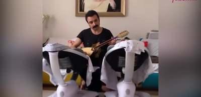 Eser Eyüboğlu'ndan ikizlerine saz eşliğinde müzik performansı!