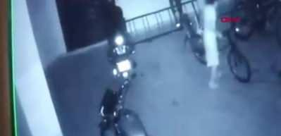 Komşu çocuğuna işkence anı kamerada! Garajda komşularının çocuğunu feci şekilde dövdüler