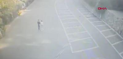 Genç kız arkadaşını bıçaklayıp başında bekledi