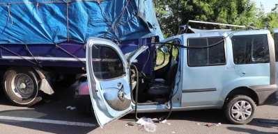 Hafif ticari araç tıra çarptı: 3 yaralı