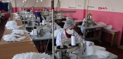 Hakkarili kadınlar maske ve tulum üretiyor