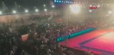 Korku dolu anlar! Hindistan'da spor müsabakasında tribün çöktü!