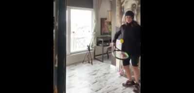 Hülya Avşar evinde tenis oynadı!