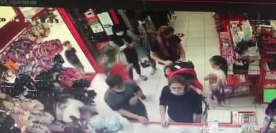 Avcılar'da alışveriş yapan kadının telefonu böyle çaldılar