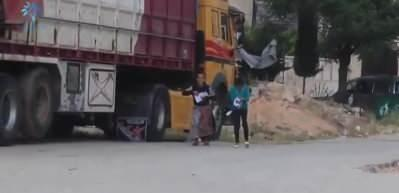 İdlib'de aniden bayram harçlığı alan çocukların mutluluğu yüzleri güldürdü