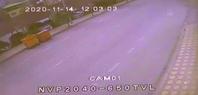 İki yayanın otomobilin altında kalmaktan son anda kurtulması güvenlik kamerasında