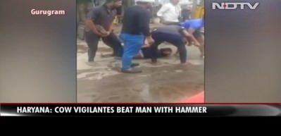 İnek eti taşıyan Müslüman sokak ortasında linç edildi! Yürek yakan görüntüler