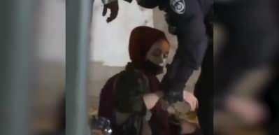İsrail askerleri genç kadını yerlerde sürükledi, Namaz kılanlara saldırdı!