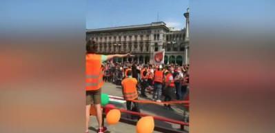 İtalya'da turuncu yelekliler meydanlara indi! İstifa sesleri...