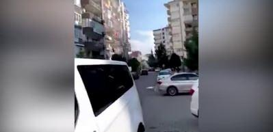 İzmir'de bina yıkılma anı!