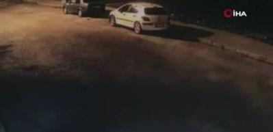 İzmir'de park halindeki araca çarpıp kaçan motosiklet sürücüsü kamerada