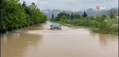 İznik sular altında! Şiddetli yağmur kepenkleri kapattırdı...