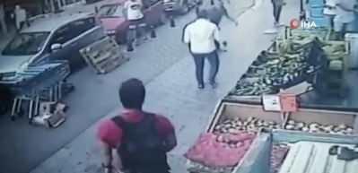 Kadıköy'de dehşet anı kamerada! Arkadaşını önce göğsünden bıçakladı sonra tekemeledi