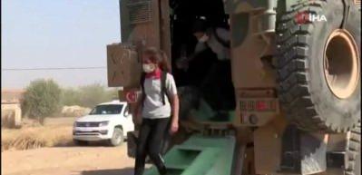 Kahraman Mehmetçik Rasulayn'daki çocukları zırhlı araçlar ile okula taşıyor