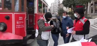 Kamerayı görünce maskeyi indirip poz verdi! İlginç görüntüler...