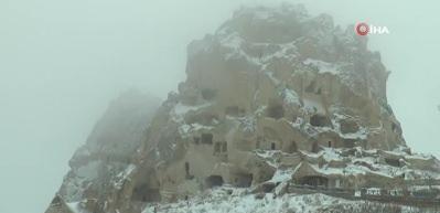 Kapadokya'da Nisan ayında kartpostallık kar manzaraları