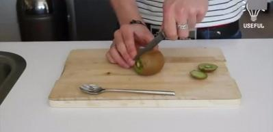 Kaşıkla kivi soyma tekniği