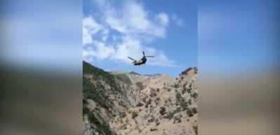 Kırıma uğrayan Black Hawk'ı Chinook sırtladı