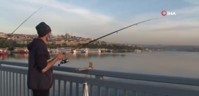 Kısıtlama kalktı, balıkçılar kendini Unkapanı Köprüsü'ne attı