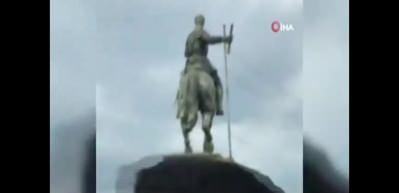 Kolombiya'da halk İspanyol subayın heykelini yıktı