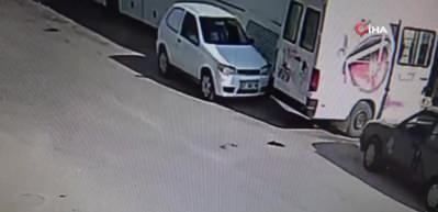 Kontrolden çıkan otomobil üç araca çarptı, briket yığınlarına vurarak durabildi