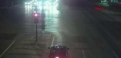 Koronavirüs şüphelisi 2 hastayı taşıyan ambulans ile otomobilin çarpışma anı kamerada