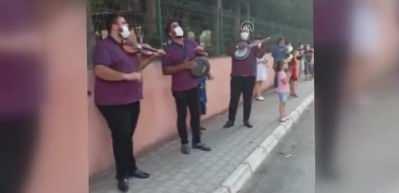 Koronavirüse yakalanan okul müdürüne komşuları müzikle moral verdi