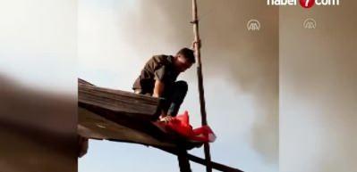 Köyü kurtaramayacaklarını anlayınca bayrağı alevlere teslim etmediler