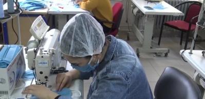 Lise öğrencileri sağlıkçılar için maske üretiyor