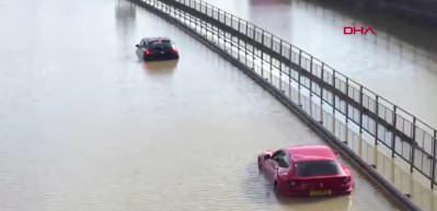 Londra'da inanılmaz görüntüler! Sular altında kaldı