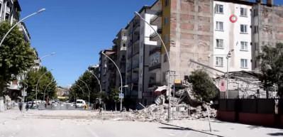 Malatya'da bina böyle çöktü!