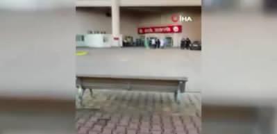 'Maske tak' uyarısı yapan güvenlik görevlisine testereyle saldırdı